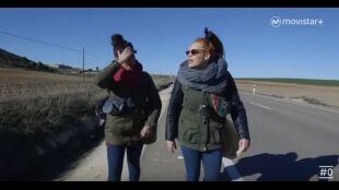 La Huida. Programa 8. Marta y Mónica analizan anuncio prensa carretera